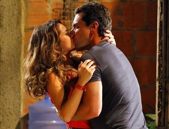 """Em """"Salve Jorge"""", Morena cai no colo de Théo e os dois se beijam em pleno Alemão"""
