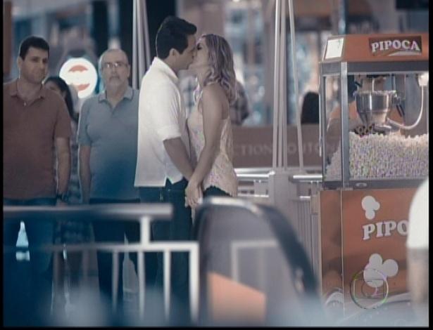 Érica e Théo se beijam no shopping
