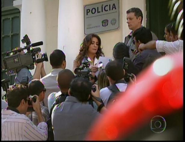 Heloísa tenta resolver um caso na delegacia, mas descobre que seu ex-marido Stênio conseguiu um habeas corpus para o preso