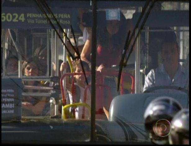 Morena desce do ônibus com seu filho