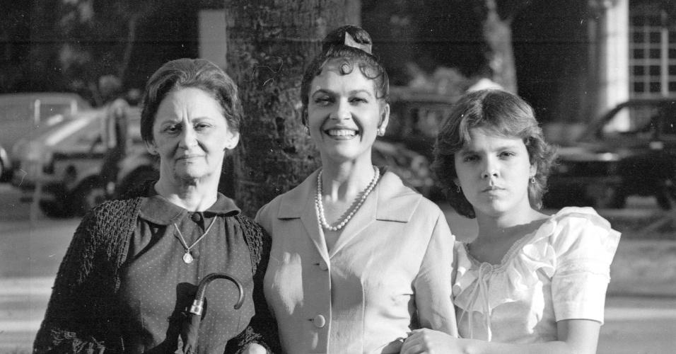 """Da esquerda para a direita, Laura Cardoso, Regina Dourado e Marcela Muniz em cena da novela """"Pão Pão, Beijo Beijo"""", da Globo (1983)"""