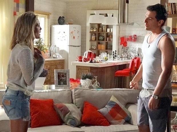 """Em """"Salve Jorge"""", Érica descobre que Théo deu carona para Morena e discute com o namorado (23/10/12)"""