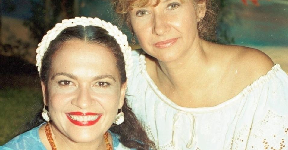 """Regina Dourado e Ana Rosa durante gravação da novela """"Tropicaliente"""", da Globo (1994)"""