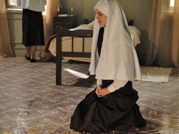 """Em """"Gabriela"""", depois de encontrar foto de Mundinho, madre faz Gerusa ajoelhar no milho (24/10/12)"""