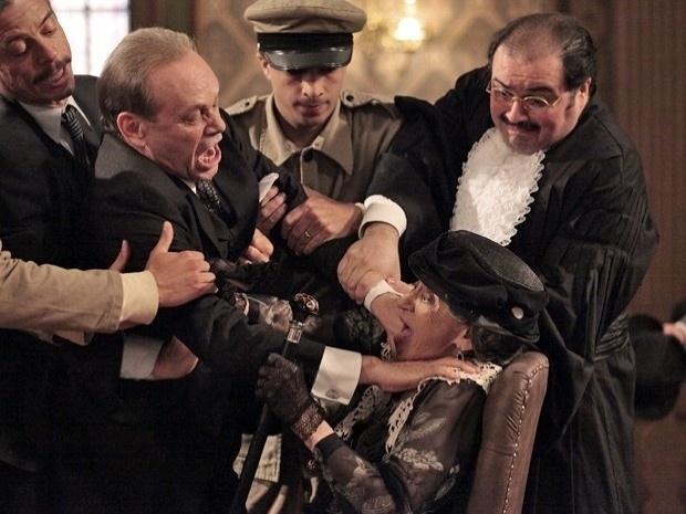 """Em """"Gabriela"""", em seu julgamento, Jesuíno parte para cima de Dorotéia (25/10/12)"""
