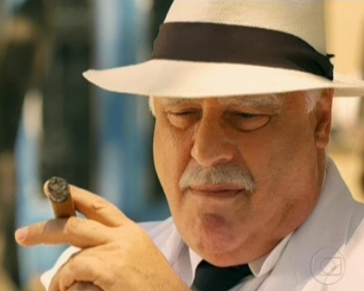 """Coronel Ramiro senta no banco da praça, enquanto aguarda a morte de Mundinho em """"Gabriela"""" (26/10/12)"""
