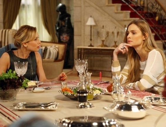 """Em """"Guerra dos Sexos"""", Analú fica irritada ao perceber que Nando está gostando de Juliana"""