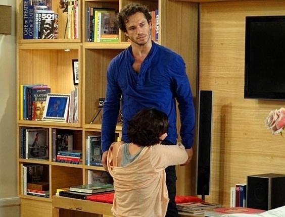 """Em """"Guerra dos Sexos"""", Manoela se ajoelha aos pés de Fábio e implora para o fotógrafo não deixá-la (26/10/2012)"""