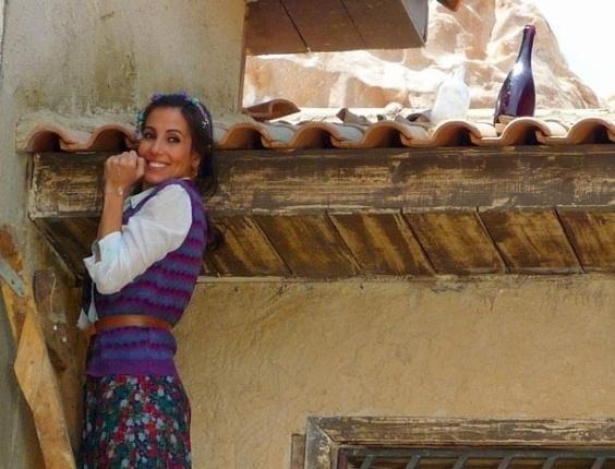 """Em """"Salve Jorge"""", Ayla coloca garrafa no telhado para encontrar noivo (26/10/12)"""