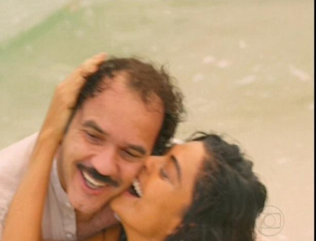 Gabriela beija Nacib e se entrega à paixão no último capítulo do remake (26/10/12)
