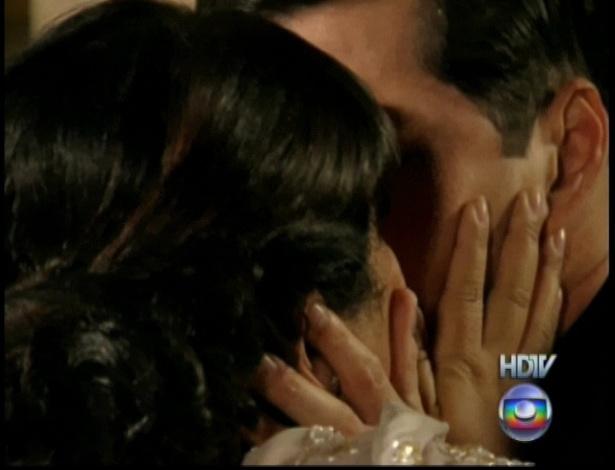 """Mas sem hesitar, ao mesmo tempo que Olga fica irritada com o marido, os dois se beijam e selam novamente a união no último capítulo de """"Gabriela"""" (26/10/12)"""
