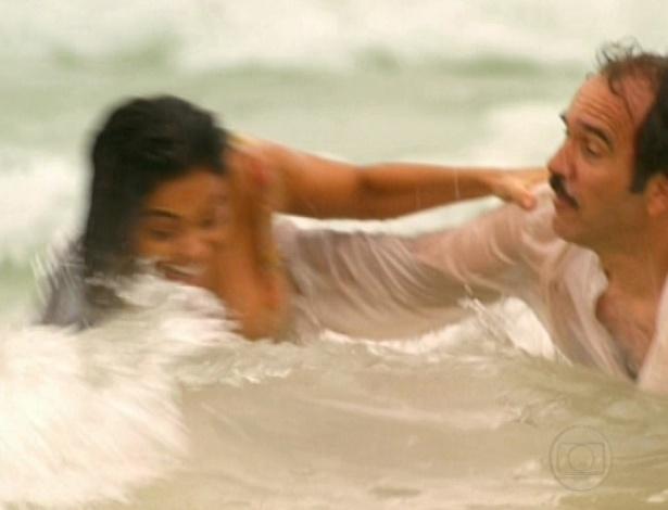 No fim do remake, Nacib e Gabriela se entregam à paixão e se divertem em praia (26/10/12)
