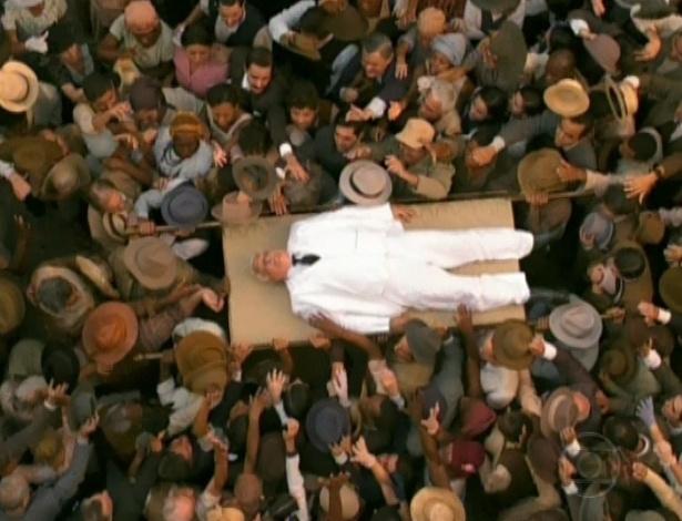 """No último capítulo de """"Gabriela"""", Ramiro é carregado pelos moradores de Ilhéus depois de morto (26/10/12)"""