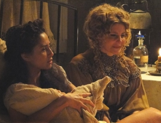 """Em """"Lado a Lado"""", Isabel não acredita que o filho morreu (27/10/2012)"""