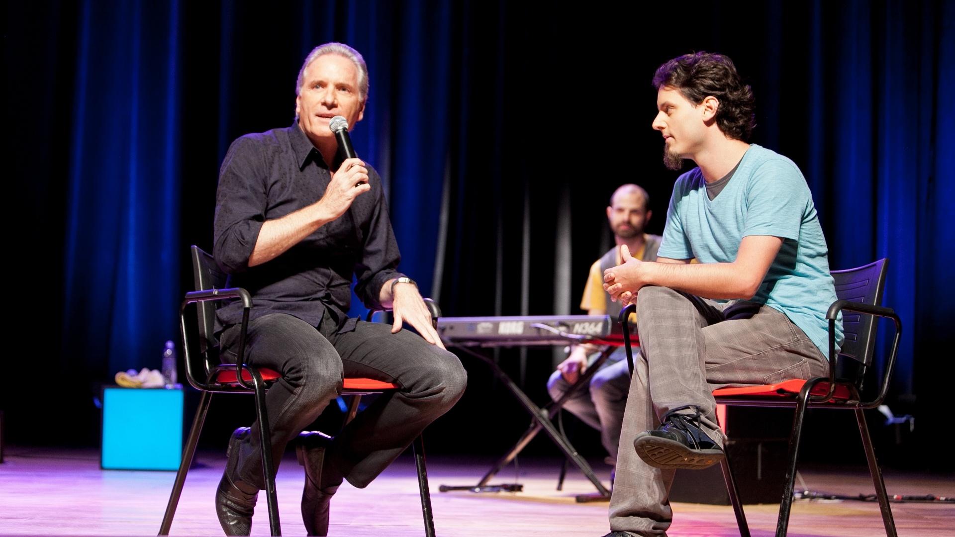 Roberto Justus grava seu programa com o grupo de improvisação