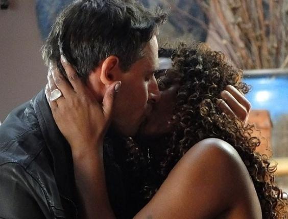 """Em """"Salve Jorge"""", Élcio beija Julinha para provocar Érica e Théo (29/10/2012)"""