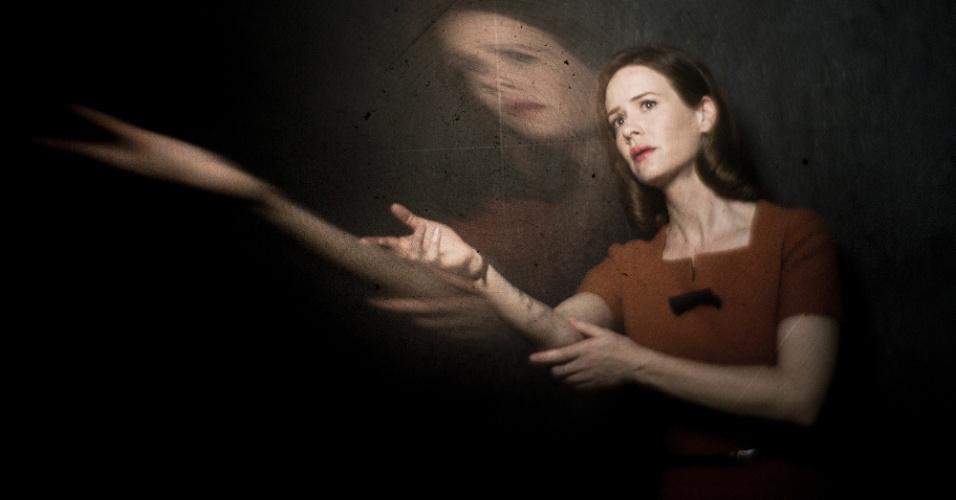 A atriz Sarah Paulson interpreta a Lana Winters, uma repórter lésbica que entra no asilo para reencontrar sua namorada