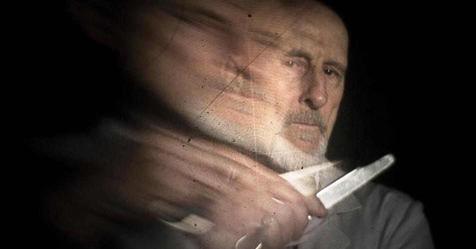 O ator James Cromwell interpreta Dr. Arthur Arden na série, um cientista que faz experimentos humanos com os pacientes do asilo