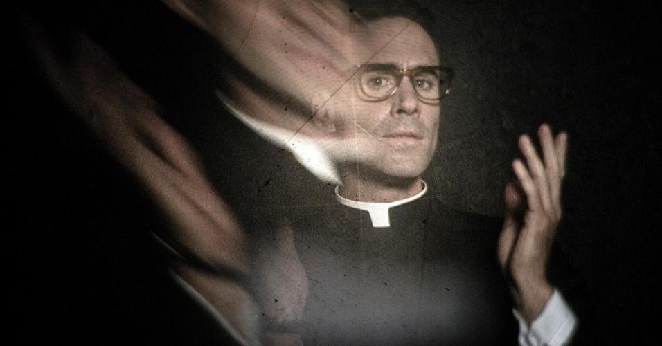 O ator Joseph Fiennes interpreta o personagem Monsignor Timothy Howard