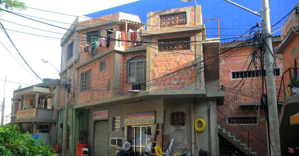 O Complexo do Alemão cenográfico tem estabelecimentos comerciais, como uma costureira (26/10/2012)