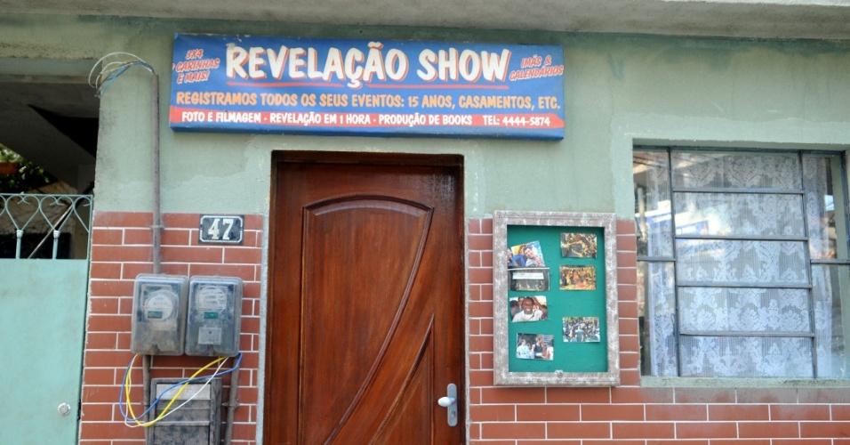 O Complexo do Alemão cenográfico tem estabelecimentos comerciais, como uma loja para revelar fotos (26/10/2012)