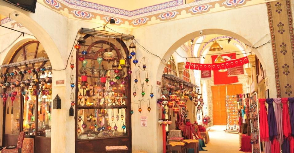O grande destaque da Istambul do Projac é a versão cenográfica do Grand Bazaar, um dos maiores e mais antigos mercados do mundo, em que trabalham Mustafa e Demir, personagens interpretados por Antonio Calloni e Tiago Abravanel, respectivamente (26/10/2012)