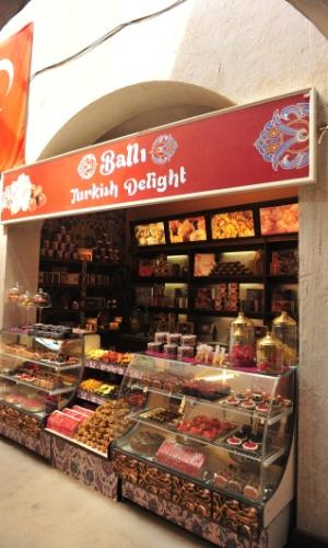 O mercado é cheio de corredores, restaurantes e lojas de souvenirs, doces e tapetes (26/10/2012)