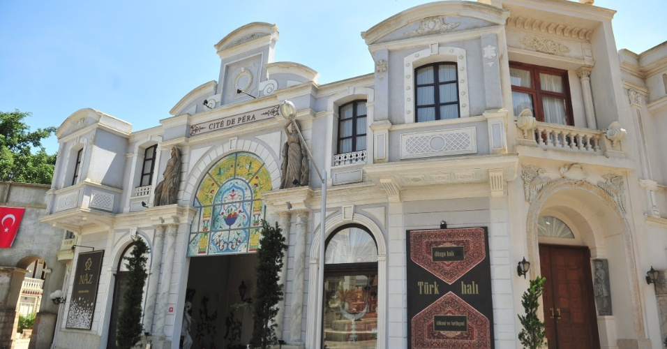 Segundo a cenógrafa Juliana Carneiro, muitos dos elementos que decoram o local foram importados do país (26/10/2012)