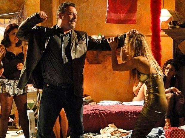 """Em """"Salve Jorge"""", Russo descobre que Jéssica quer fugir e dá uma surra na jovem (30/10/12)"""