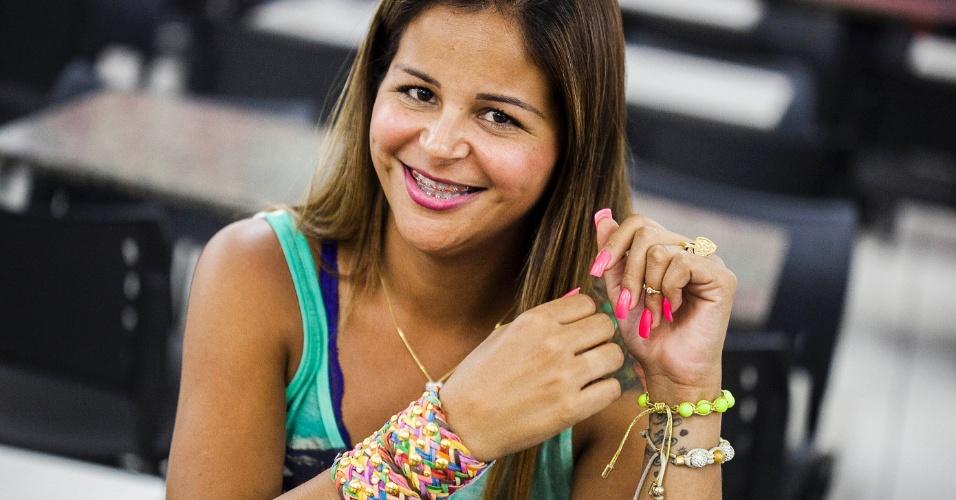 """Andréa Carvalho apresenta as peças exibidas na novela """"Salve Jorge"""" para reportagem do UOL (30/10/12)"""