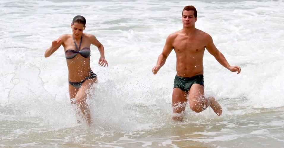 """Deborah Secco e Thiago Martins entran no mar durante gravação de """"Louco Por Elas"""" na praia da Macuma, no Rio de Janeiro (30/10/12)"""