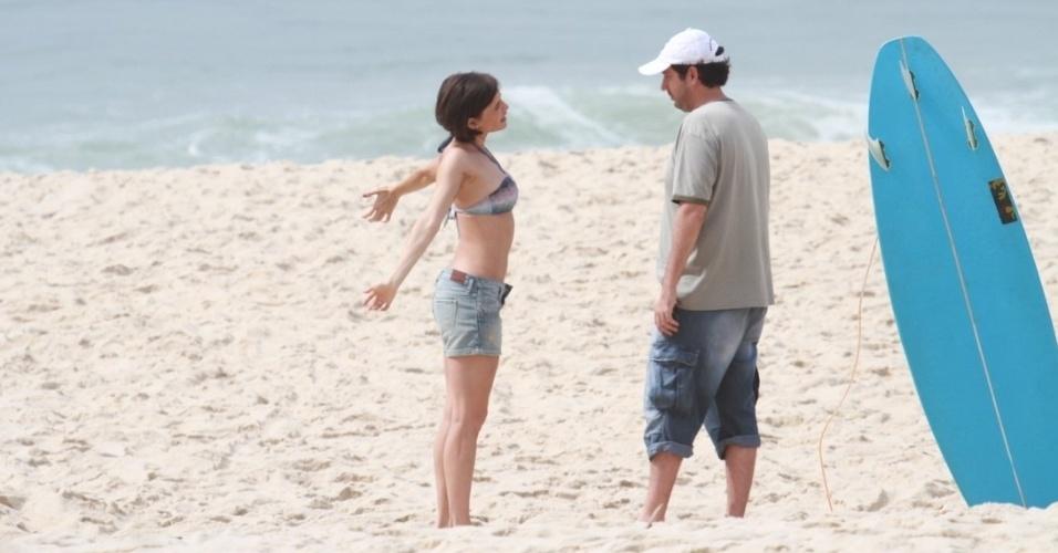 """Deborah Secco grava série """"Louco Por Elas"""" na praia da Macuma, no Rio de Janeiro (30/10/12)"""