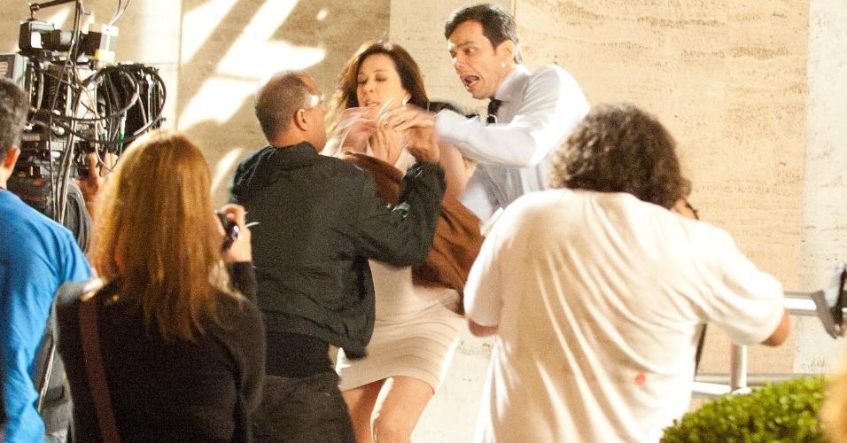"""Em """"Salve Jorge"""", capanga de Lívia atira em Haroldo e a vilã fica em maus lençóis (29/10/12)"""