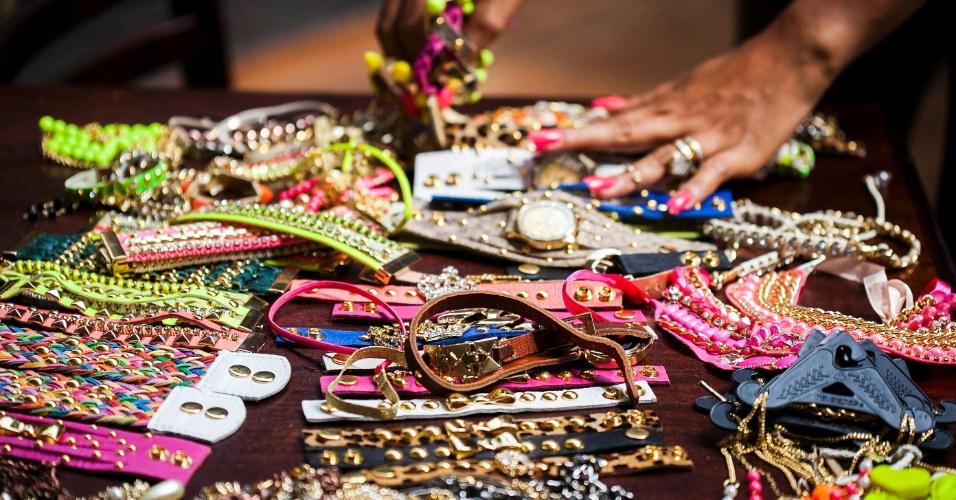"""Moradora do Complexo do Alemão produz as bijuterias usadas pela protagonista de """"Salve Jorge"""", Morena (Nanda Costa) (30/10/12)"""