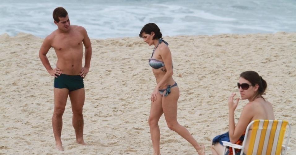 """Thiago Martins e Deborah Secco gravam cenas da série """"Louco Por Elas"""" na praia da Macuma, no Rio de Janeiro (30/10/12)"""