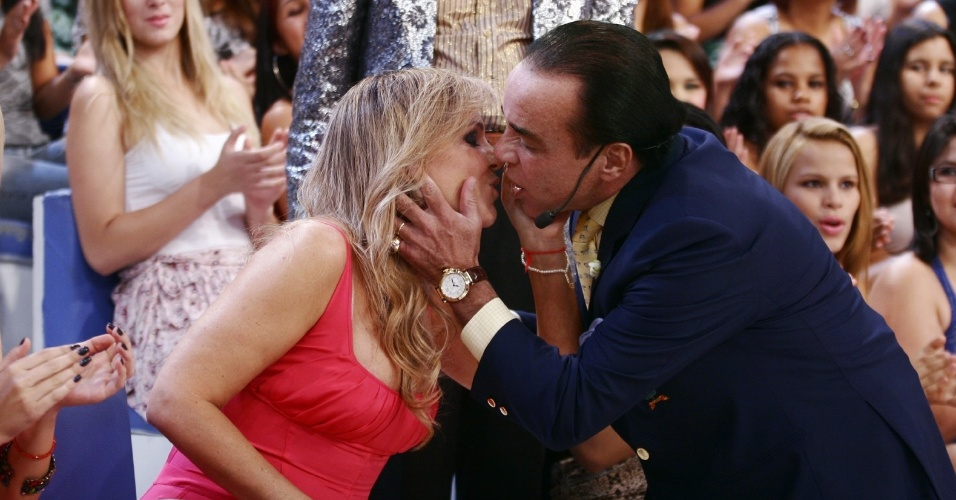 """Chiquinho Scarpa beija a esposa, Marlene Tuffi, no """"Programa do Ratinho"""" (1/11/12)"""