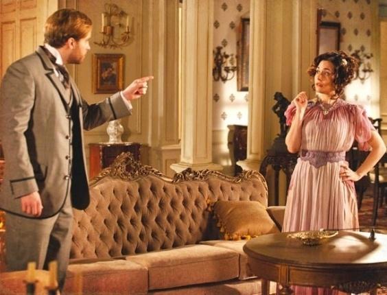 """Em """"Lado a Lado"""", Edgar desconfia que Catarina armou para ele e Laura"""