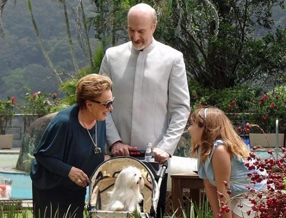"""Em cena de """"Salve Jorge"""", Leonor exibe Emily para todos e cuida dela como se fosse sua filha"""