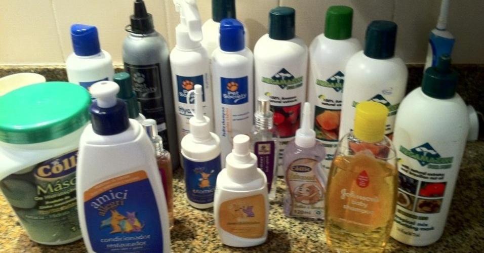 Estes são os produtos de beleza que Emily usa. A dona Franci compra inúmeros shampoos, condicionadores e perfumes para a cadela