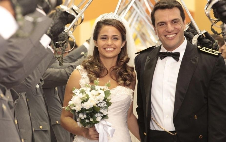 """Morena (Nanda Costa) usa um vestido de noiva imaginado por Théo (Rodrigo Lombardi) em """"Salve Jorge"""""""