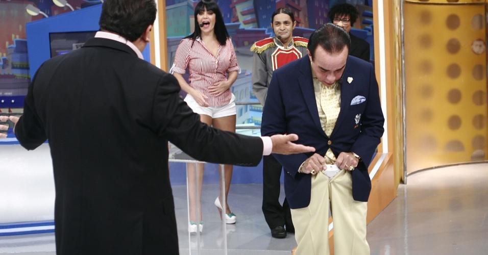 """O playboy Chiquinho Scarpa mostra sua cueca no """"Programa do Ratinho"""" (1/11/12)"""