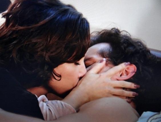 """Em """"Guerra dos Sexos"""", Fábio não resiste ao choro de Manoela e beija a esposa"""