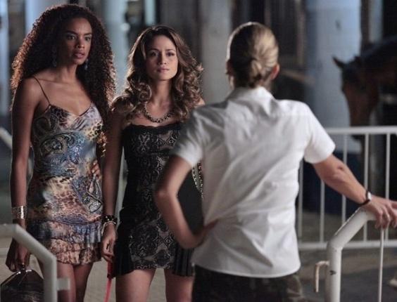 """Em """"Salve Jorge"""", Érica impede entrada de Morena no quartel e elas discutem"""