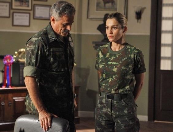 """Em """"Salve Jorge"""", sem provas, coronel libera Érica para voltar a cuidar dos cavalos"""