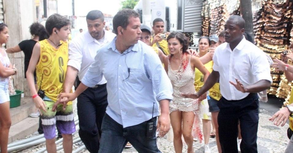 Depois das gravações, Isis Valverde foi acompanhada pela equipe de produção na saída da Praça Castro Alves, em Salvador (4/11/2012)