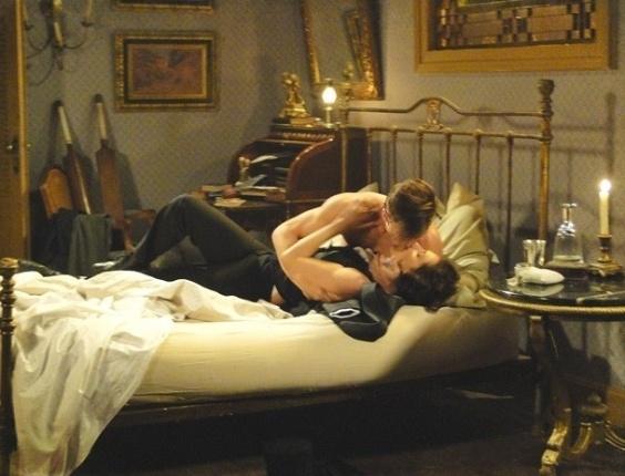 """Em """"Lado a Lado"""", vestida de homem, Dorleac faz strip-tease para Umberto (6/11/2012)"""