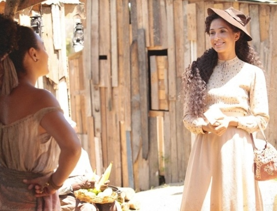 Isabel (Camila Pitanga) acaba de receber a notícia que vai embarcar para Paris e está radiante. Feliz da vida, ela corre para o morro e esbarra com a cobra invejosa de Berenice (Sheron Menezzes), que resolve desdenhar.