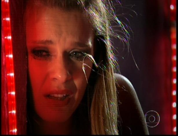 """Jéssica (Carolina Dieckmann) chora após ser violentada em cena de """"Salve Jorge"""" que foi ao ar nesta segunda-feira (5/11/12)"""