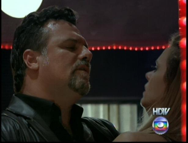 """Russo (Adriano Garib) confronta Jéssica (Carolina Dieckmann) em cena de """"Salve Jorge"""" que foi ao ar nesta segunda-feira (5/11/12)"""