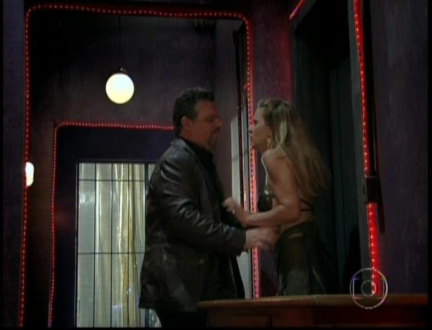 """Russo arranca a blusa de Jéssica em cena de """"Salve Jorge"""" que foi ao ar nesta segunda-feira (5/11/12)"""